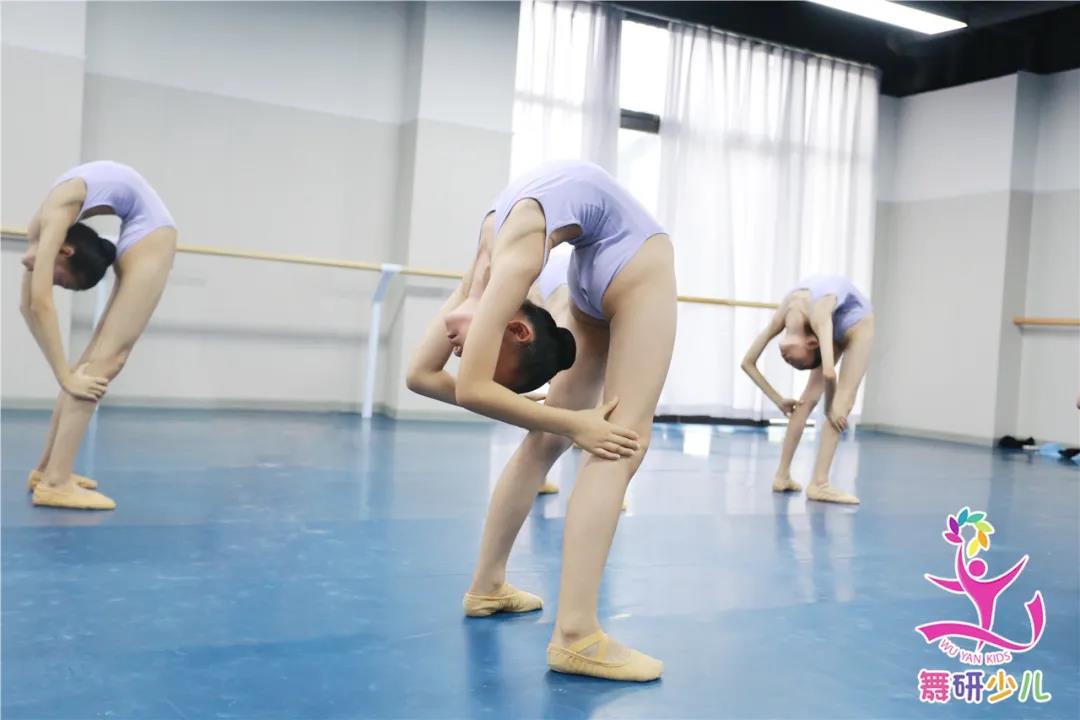 """想考舞蹈附中名校!什么样的舞蹈基本功才算是""""扎实的""""?"""