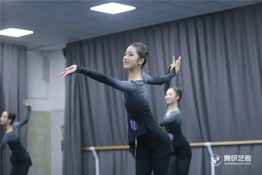 舞蹈训练中,堪比芭蕾基训的基础练习还有什么?当然是身韵练习