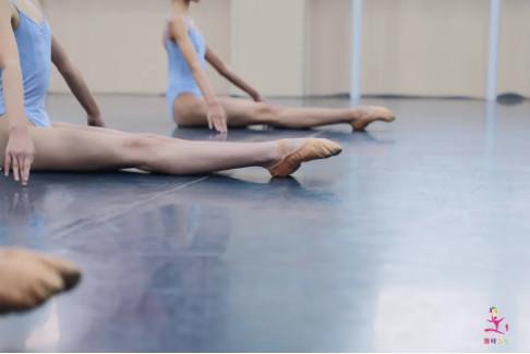 告别压脚背的绝望!自己在家如何高效练脚背?